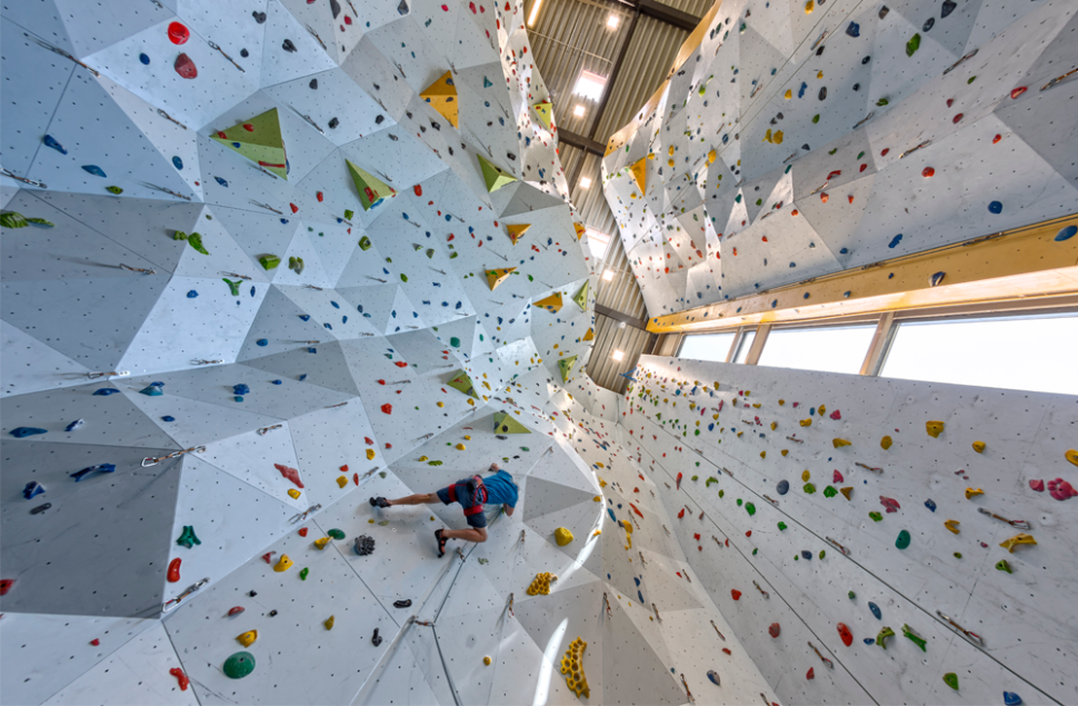Klatrehallen rommer en klatreflate på 1000m2 og kalles Haugalandsveggen. Haugesund Turistforening og Haugaland Klatrelag står for spleiselaget.