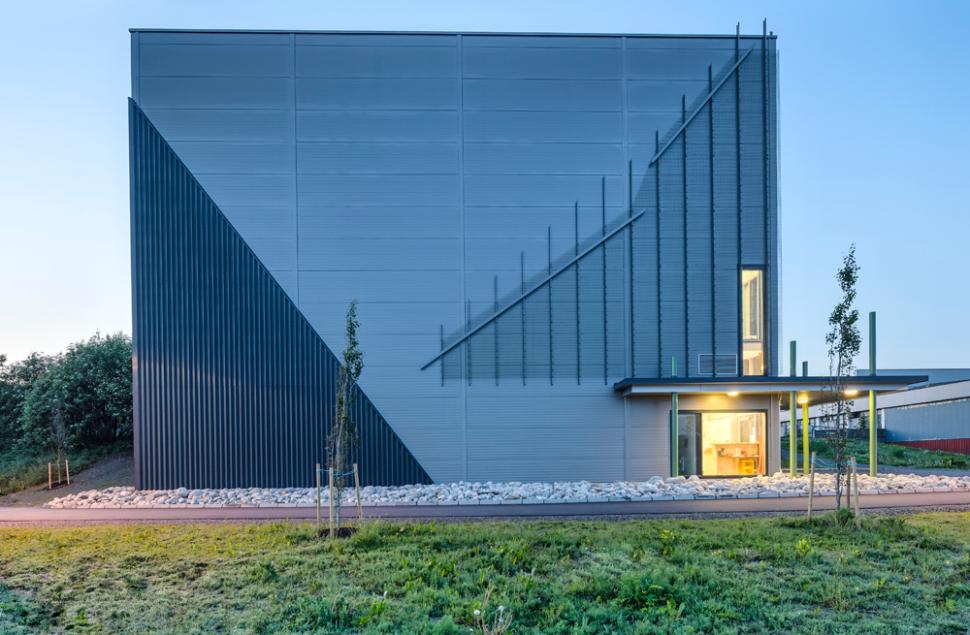 Den store stålboksen blir brutt opp av nett og forblendinger for å imitere fjelltopper, arkitektkontoret Brekke Helgeland Brekke AS