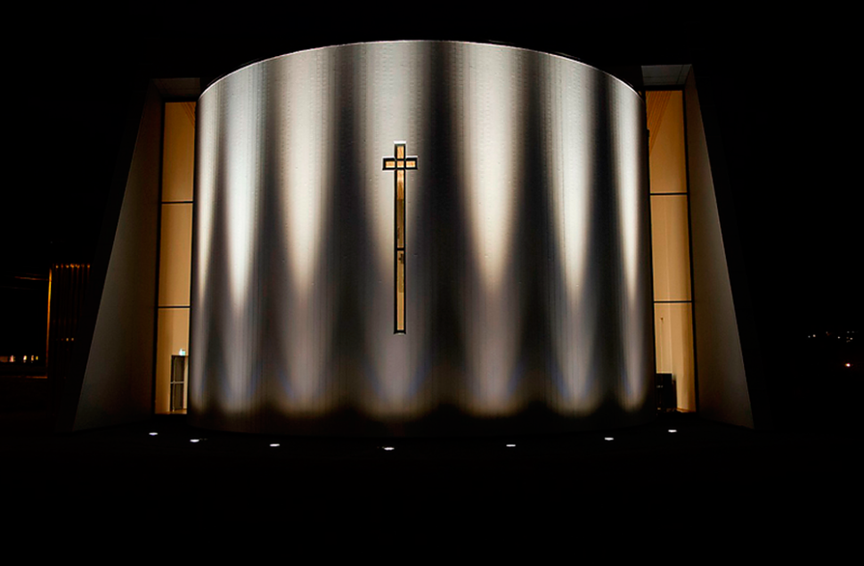 Foto Dag Smemo Den buede fasaden på Etne Kyrkje belyst