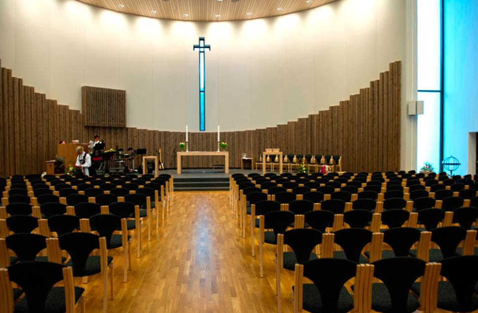 Kirkerommet i Etne Kyrkje med buet fasade