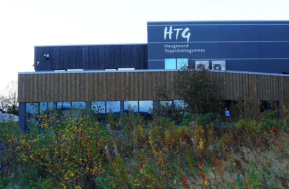 Haugesund Toppidrettsgymnas ligger like ved Idrettparken og gymnasbanene i Haugesund