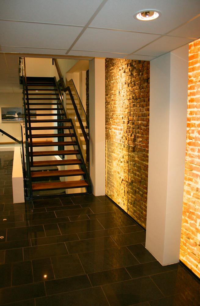 Gammel teglesteinsvegg er bevart i Arkitektkontoret Brekke Helgeland Brekkes restaurering av Smedasundet 97 i Haugesund