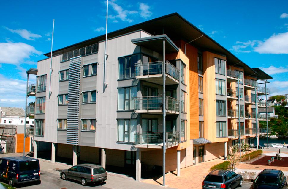 Leilighetsbygg på Hasseløy i Steni- plater og trekledning.