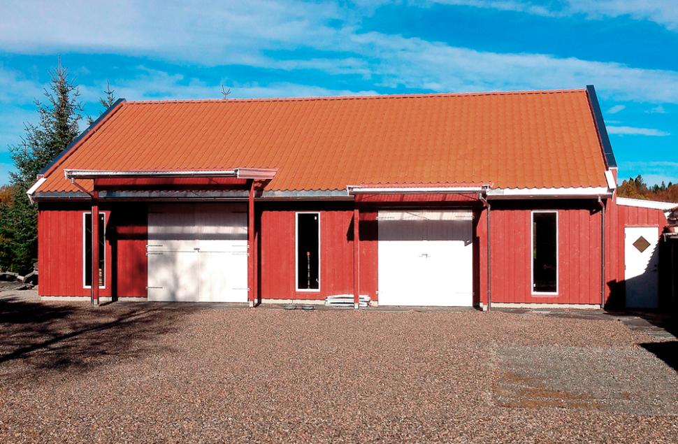Moderne driftsbygning i rødt tømmermannspanel og hvite dører - Arkitektkontoret Brekke Helgeland Brekke AS