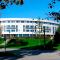 Backertunet på Stord. Omsorgsleiligheter, sjukeheim og kontorer i en buet betongkonstruksjon.