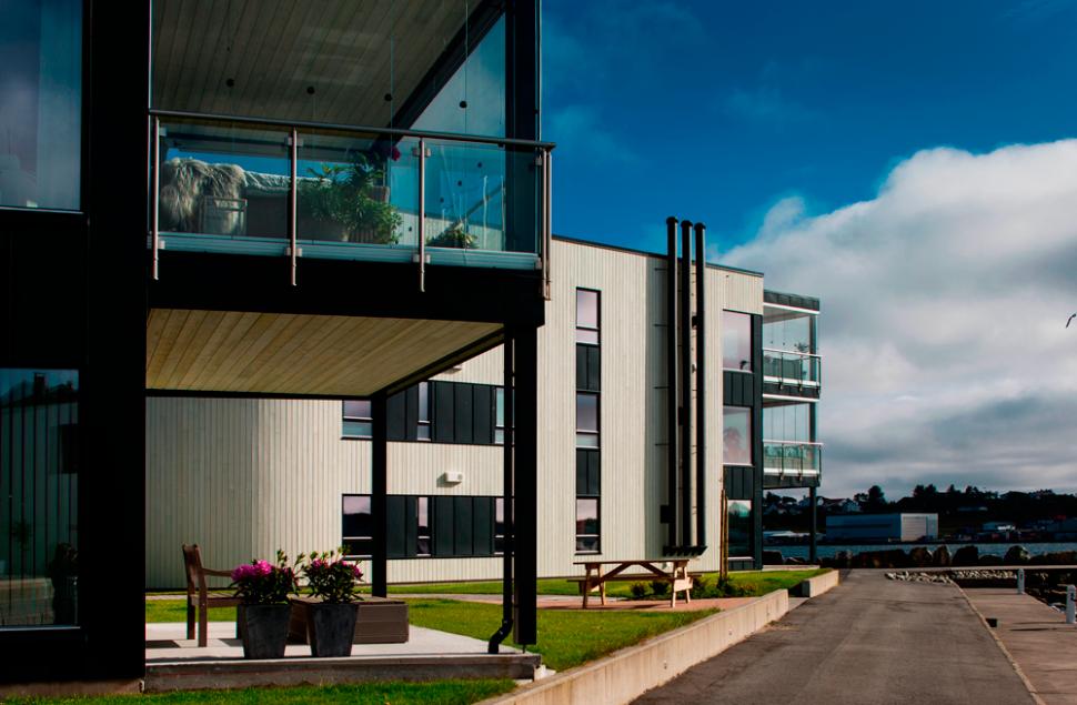 Terrasse i glss og stål med utsikt over Smedasundet - Arkitektkontoret Brekke Helgeland Brekke AS