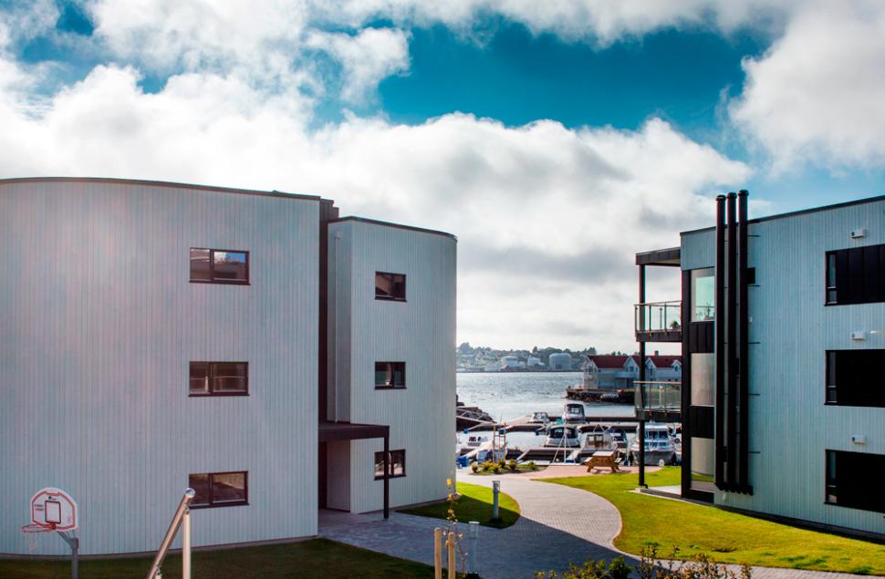 Utsikten over sundet fra Rossabø Havn leilighetskompleks