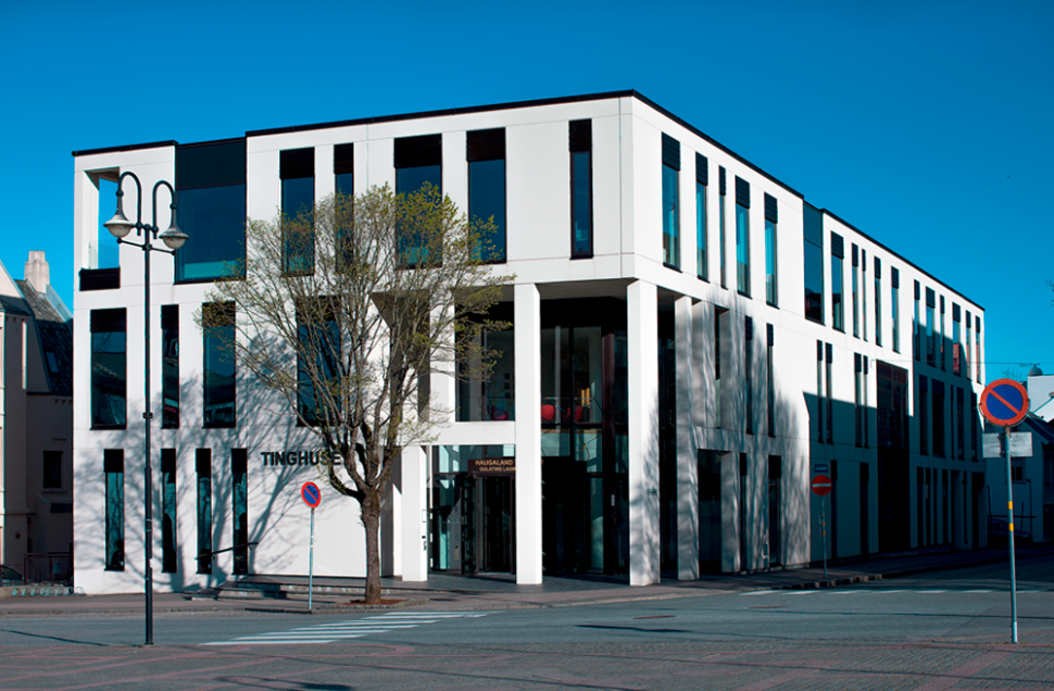 Tinghuset i Haugesund oppført i hvite betongelementer med høyformatsvinduer i 3 etasjer.