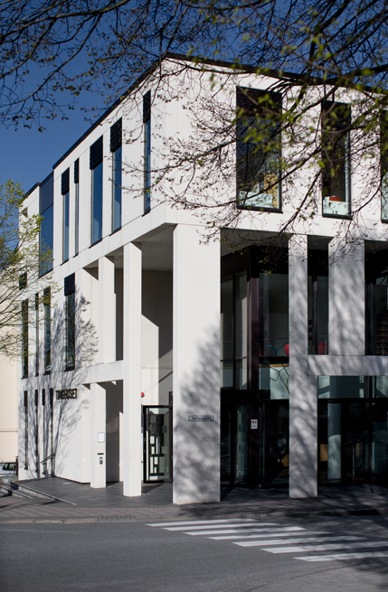 Hvite betongelementer danner rammen om inngangen til Tinghuset i Haugesund.