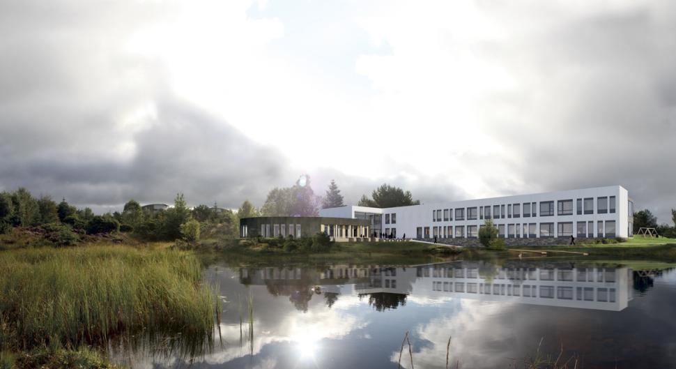 Perspektiv fra vannet mot Bremnes Ungdomsskole