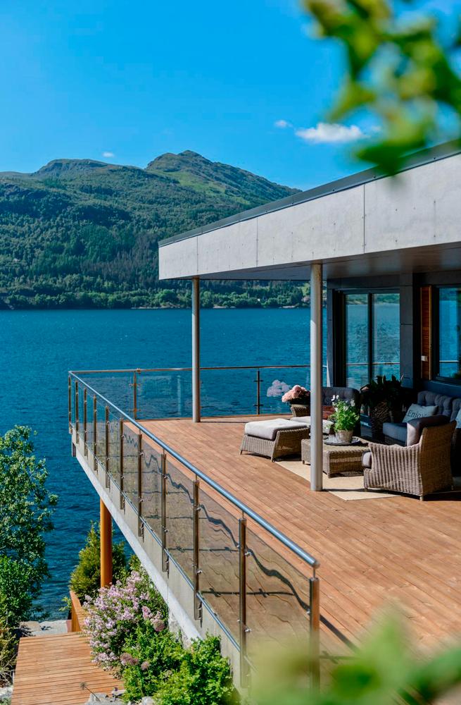Stål, glass og betong med varme tredekker på terrassen. Ark: Jan Ove Bjørheim og Arne Tveit, ved Arkitektkontoret Brekke Helgeland Brekke AS