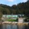 Arkitektkontoret Brekke Helgeland Brekke AS har tegnet hytte i Ålfjorden der bruk av naturstein, ubehandlet trekledning og sedum på tak er med på å sammenveve arkitektur og natur