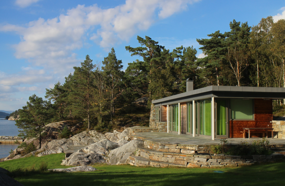 Bygningsvolumene har alle god utsikt over Ålfjorden og vinduene fra gulv til tak trekker landskapet inn i bygget, arkitekt Arne Tveit