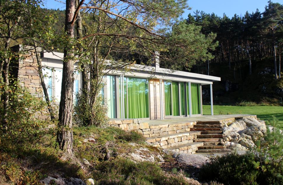 Integrering i naturen gjennom bruk av naturskifer gjør at bygningsvolumene blir en del av landskapet- arkitekt Arne Tveit, Arkitektkontoret Brekke Helgeland Brekke AS