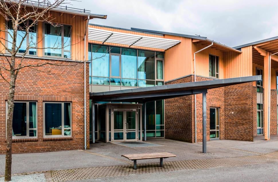 Sinkbelagt inngangsparti på Skåredalen Skole, tegnet av Arkitektkontoret Brekke Helgeland Brekke AS