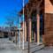 En indre beskyttet gågate skiller de forskjellige volumene på skolen, tegnet av arkitekt Stein Jarle Helgeland