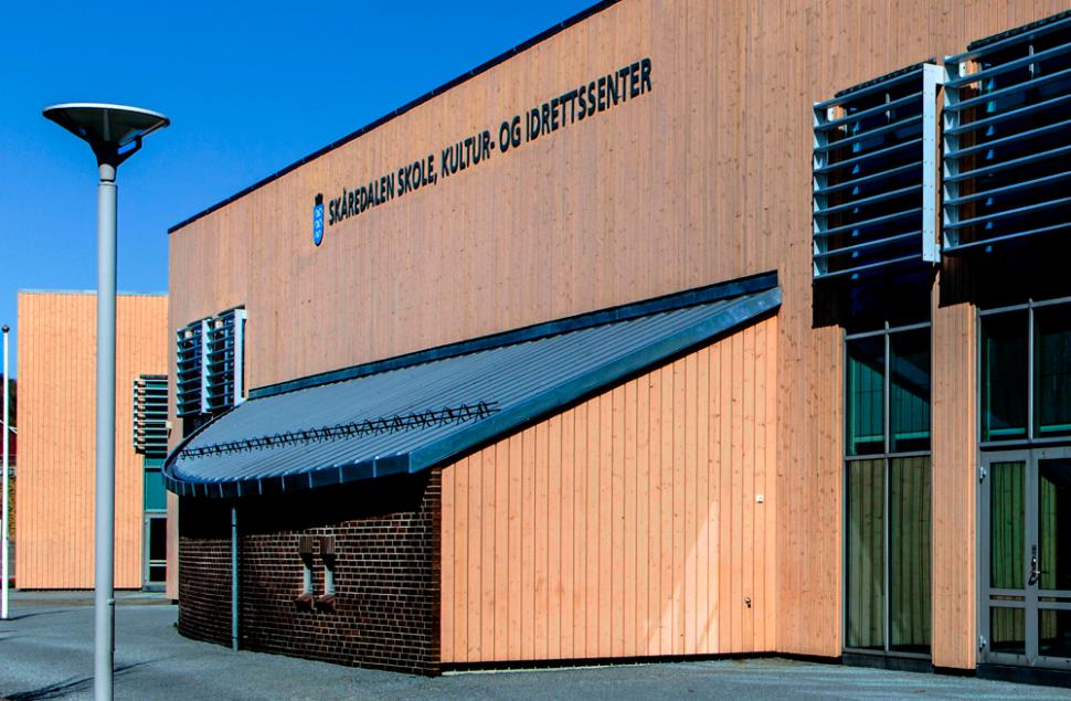 Trekledning i Staverngul, sinktak og teglstein brukes gjennomgående i arkitekturen på Skåredalen Skole i Haugesund, tegnet av Arkitektkontoret Brekke Helgeland Brekke AS