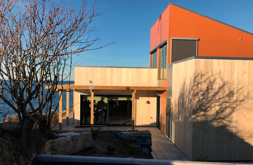 Accoya pryder fasaden på Tananger Losstasjon, tegnet av Arkitektkontoret Brekke Helgeland Brekke, ved Stein Jarle Helgeland
