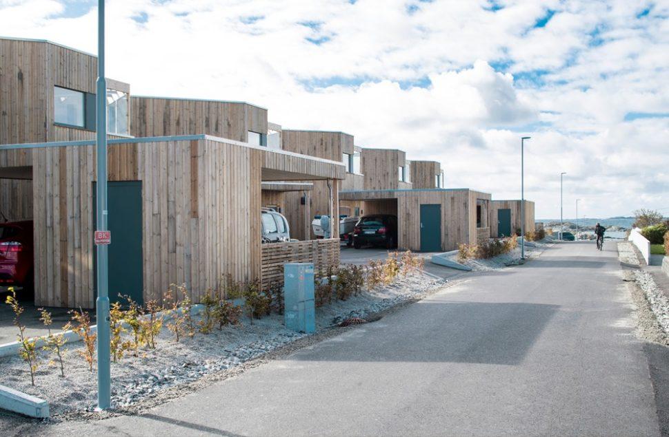 Eksotisk og kystnært på Åkra ved rekkehusene tegnet av Arkitektkontoret Brekke Helgeland Brekke AS, som fikk Byggeskikksprisen 2018 for prosjektet.