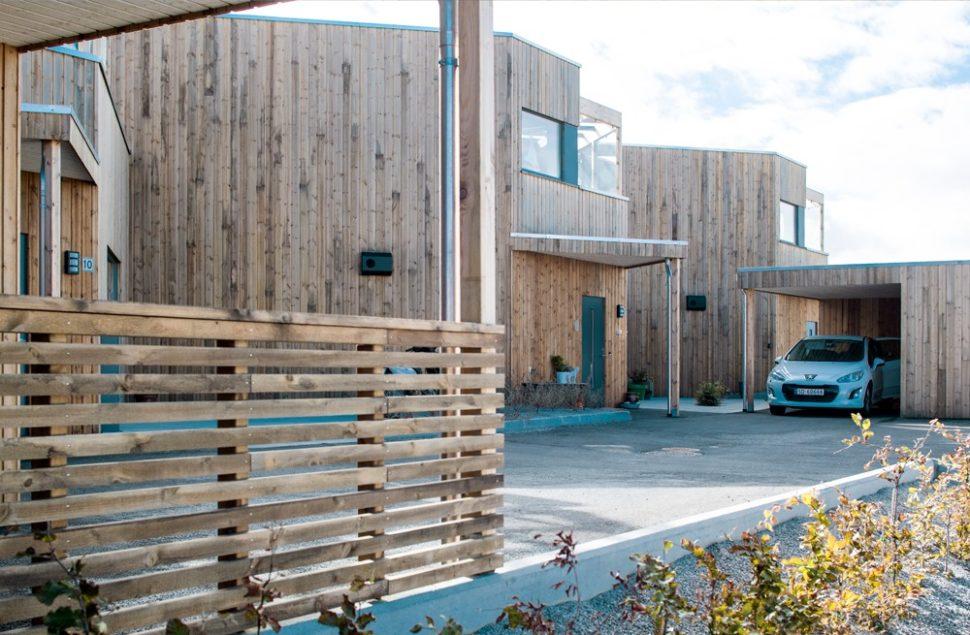 Boligprosjekt i ubehandlet furu på Ådland av Arkitektkontoret Brekke Helgeland Brekke AS fikk Karmøy kommunes byggeskikkspris 2018.