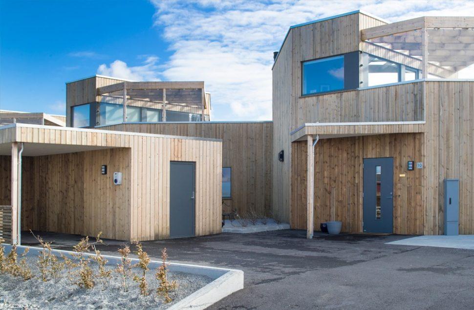Boligprosjekt i ubehandlet furu på Ådland av Arkitektkontoret Brekke Helgeland Brekke AS