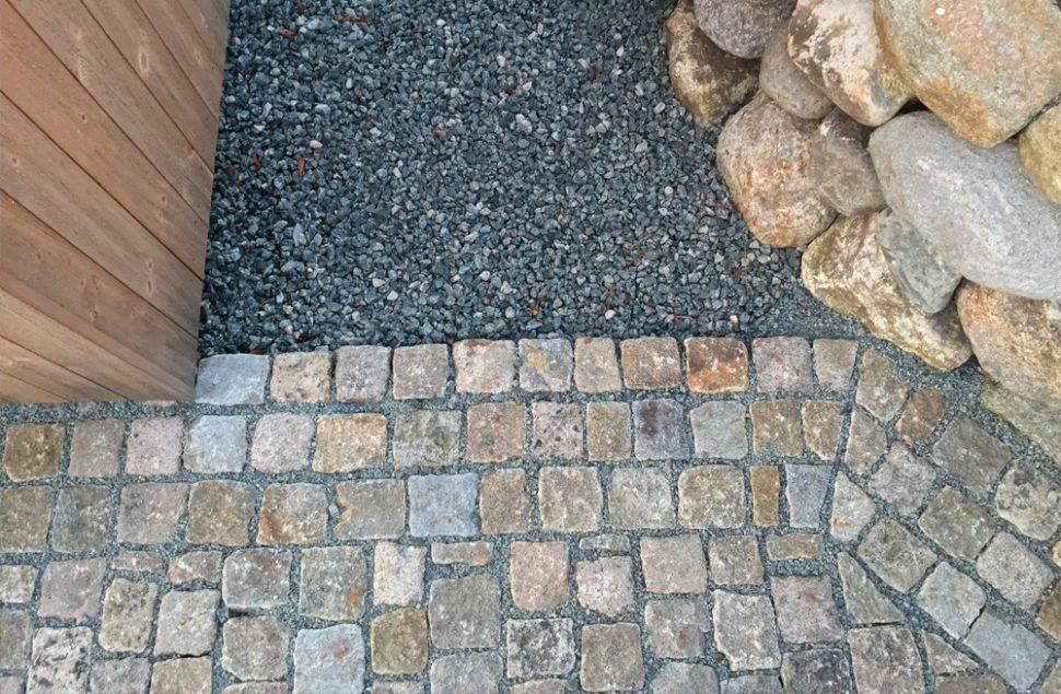 Brukt gatestein, lokal tørrlødd steinmur og ubehandlet malmfuru, enebolig med solceller integrert i taket av Marte Ringseth Helgeland ved Arkitektkontoret Brekke Helgeland Brekke AS
