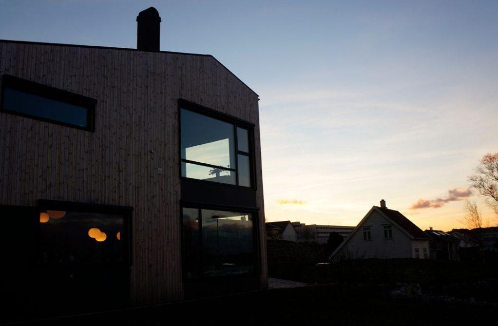 Soloppgang på solcelletak, selvforsynt på strøm med grunnvarme og solcellepaneler, Marte Ringseth Helgeland
