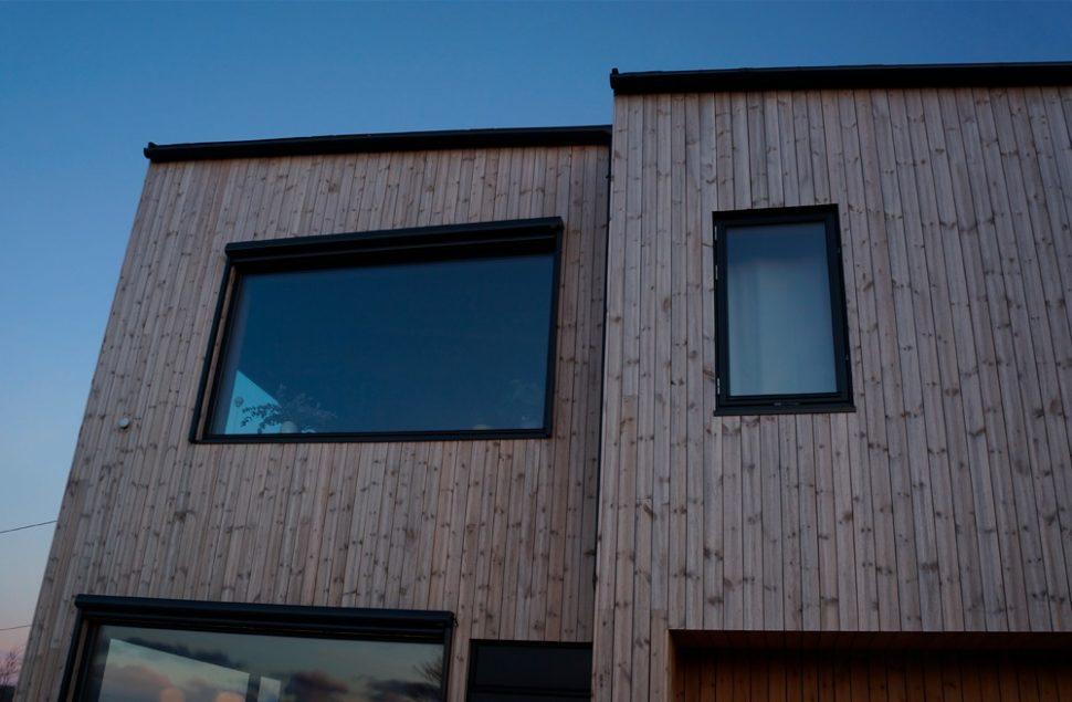 Ubehandlet malmfuru, fasadeplater fra Steni i mosegrønt, Arkitektkontoret Brekke Helgeland Brekke AS